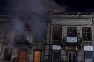 Πάτρα: Άστεγος στην πλατεία Τριών Συμμάχων άναψε φωτιά για να ζεσταθεί