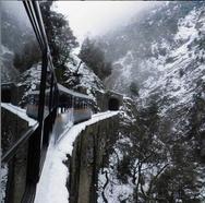 Το τραινάκι του Οδοντωτού περνά μέσα από το χιονισμένο φαράγγι του Βουραϊκού!