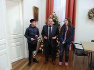 Αίγιο - Το γραφείο του Δημήτρη Καλογερόπουλου γέμισε με ευχές και πρωτοχρονιάτικα κάλαντα!