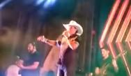Γνωστός τραγουδιστής της κάντρι πέθανε από καρδιακή προσβολή στη σκηνή (video)