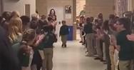 6χρονος νίκησε τον καρκίνο και όλο το σχολείο τον υποδέχτηκε με χειροκροτήματα (video)