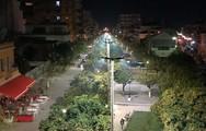 Η πλατεία Τριών Ναυάρχων 'λουσμένη' στο φως