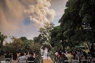 Ζευγάρι παντρεύτηκε με φόντο την έκρηξη του ηφαιστείου Ταάλ στις Φιλιππίνες (φωτο)