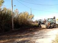 Πάτρα - Εργαζόμενοι του δήμου, καθαρίζουν ρέμα στα Δεμένικα (φωτο)