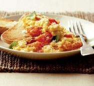 Scrambled eggs με ντοματίνια και βασιλικό