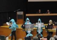 Ακτιβιστές ντύθηκαν δελφίνια και διαμαρτυρήθηκαν κατά του Αττικού Ζωολογικού Πάρκου (video)