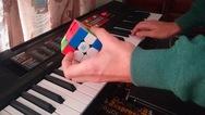 Πατρινός λύνει τον κύβο του Ρούμπικ, ενώ παίζει... Μπετόβεν στο πιάνο (video)