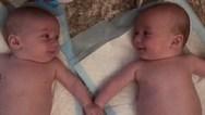 Η στιγμή που δίδυμα μωρά αναγνωρίζουν το ένα το άλλο (video)