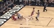 Αθλητής προσγειώθηκε στο παρκέ με το κεφάλι σε αγώνα μπάσκετ (video)