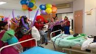 Πάτρα: Ο D. Κλόουν και η παρέα του χάρισαν χαμόγελα σε παιδιά που νοσηλεύονται (φωτό)