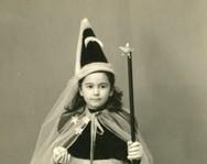 Αναγνωρίζετε το κοριτσάκι της φωτογραφίας που ποζάρει ως νεράιδα;