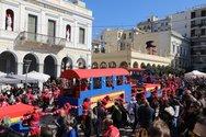Πάτρα: Χαμός με τον σοκολατοπόλεμο στο τέλος της παρέλασης των παιδιών!