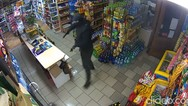 Ιδιοκτήτρια καταστήματος αποκρούει ένοπλο ληστή με σφουγγαρίστρα (video)