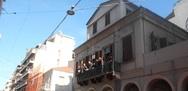 Έγινε μέχρι και σοκολατοπόλεμος στην Πάτρα - Πολίτες πέταγαν από τα μπαλκόνια τους (video)