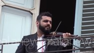 Κορωνοϊός - Ιταλία: Ο βιολιστής του μπαλκονιού με τους 'τραγουδιστές' του Bella Ciao (video)