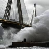 Πάτρα: Δυνατοί άνεμοι 'σαρώνουν' την περιοχή
