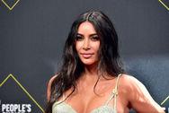 Η Kim Kardashian προσπαθεί να φορέσει ένα total latex Balmain σύνολο (video)