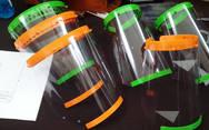 Εθελοντές κατασκευάζουν πλαστικές μάσκες για τους γιατρούς και τους νοσηλευτές του νοσοκομείου Ξάνθης