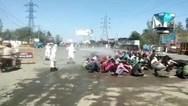 Ινδία: Ψέκασαν εργάτες στη μέση του δρόμου για να τους απολυμάνουν (video)