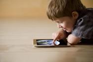 Κορωνοϊός - Πως θα 'ξεκολλήσουν' τα παιδιά από κινητά & τάμπλετ