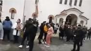 Συγκέντρωση 100 ατόμων έξω από εκκλησία στην Αγία Βαρβάρα (video)