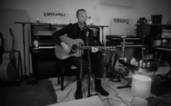 O Chris Martin παίζει το «Shelter From the Storm» του Dylan (video)