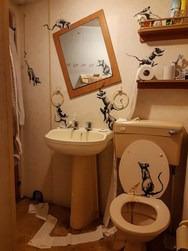 Ο Banksy μένει σπίτι και άλλαξε... διακόσμηση στο μπάνιο του (φωτο)