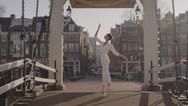 Μπαλαρίνες χορεύουν στους άδειους δρόμους του Άμστερνταμ (video)