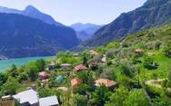 Ένα μικρό μαγικό χωριό στη Δυτική Ελλάδα με θέα τη λίμνη Κρεμαστών (video)