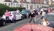 Χορογράφος κάνει μάθημα χορού στο δρόμο (video)