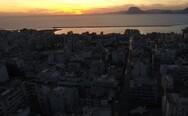 Απολαμβάνοντας το ηλιοβασίλεμα στις σκάλες της Αγίου Νικολάου (video)