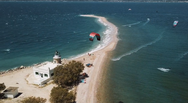 Kite Surf στο Δρέπανο της Πάτρας - Εντυπωσιακά πλάνα με τους «αετούς» στον ουρανό (video)