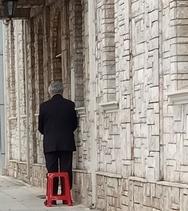 Πάτρα: Ο κύριος με το σκαμπό και το κουστούμι που κάθε Κυριακή στηνόταν έξω από την εκκλησία