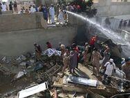 Βομβαρδισμένο τοπίο θυμίζει το σημείο που συνετρίβη το αεροσκάφος στο Πακιστάν (video)