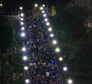 Γεμάτες από κόσμο οι σκάλες της Αγίου Νικολάου, λίγο πριν το άνοιγμα της εστίασης!