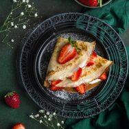 Συνταγή για δροσερή κρέπα με τυρί κρέμα και φράουλες