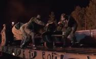 Δείτε το στρατό να σβήνει φωτιά σε πετρελαιοπηγή στη Ρωσία (video)