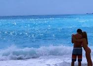 Βάλια Χατζηθεοδώρου - Πέτρος Πυλαρινός: Αγκαλιά σε παραλίας της Λευκάδας
