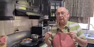 Ηλικιωμένος έχασε τη δουλειά του λόγω κορωνοϊού, αλλά έγινε διάσημος στο YouTube (video)