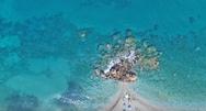 Η πανέμορφη παραλία με το κατάφυτο φαράγγι και τους καταρράκτες, στην άκρη της Ελλάδας (video)