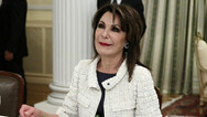 Γιάννα Αγγελοπούλου - Τραγουδά κεφάτη «Στα Τρίκαλα στα δυο στενά» (video)