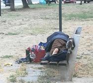 Πάτρα: Οι άστεγοι που κοιμούνται στα παγκάκια και «χτυπούν» στην καρδιά