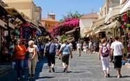 Καθηγητής επιδημιολογίας: 'Δεν μπορούμε να ελέγξουμε όλους τους τουρίστες'