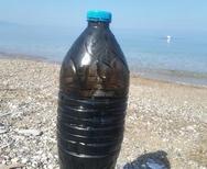 Πάτρα: Μπουκάλι γεμάτο από πίσσα έπλεε στη θάλασσα της Πλαζ!