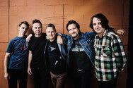 Pearl Jam: Απέτισαν φόρο τιμής σε θαυμαστές που σκοτώθηκαν σε συναυλία τους