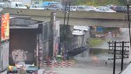 Τρένο περνάει από πλημμυρισμένο σιδηρόδρομο μέσα στην πόλη προκαλώντας χαμό (video)