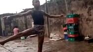 11χρονος από τη Νιγηρία χορεύει μπαλέτο ξυπόλητος στη βροχή (video)