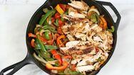 Πεντανόστιμο κοτόπουλο στη γάστρα με κρεμμύδια και πιπεριές