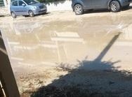 Πάτρα: Τρέχει 'ποτάμι' το νερό σε χωματόδρομο στο Μπεγουλάκι από βλάβη της ΔΕΥΑΠ
