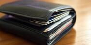 Λαμία - Βρήκε πορτοφόλι γεμάτο λεφτά έξω από το μαγαζί του